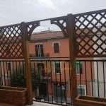Montaggio grigliato con arco su terrazzo